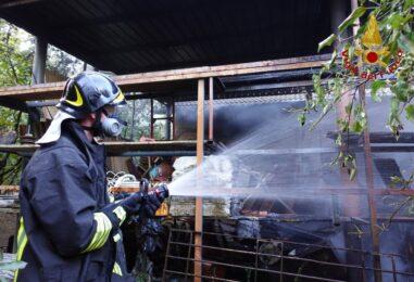 FOTO E VIDEO / Deposito in fiamme, due squadre di caschi rossi a Celzi di Forino per domare l'incendio