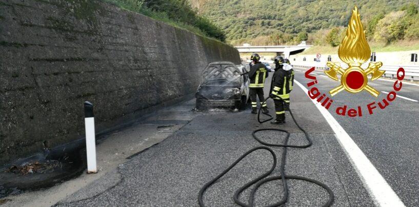 In Irpinia da Napoli, macchina in fiamme sull'autostrada