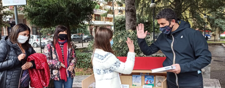 """FOTO / Gianni Rodari """"vive"""" con le librerie all'aperto. La prima a Mercogliano per la gioia della piccola Enrica"""