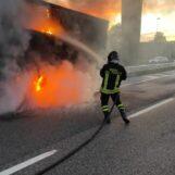 FOTO E VIDEO / Mirabella Eclano: birre in fiamme, incendio sull'A16