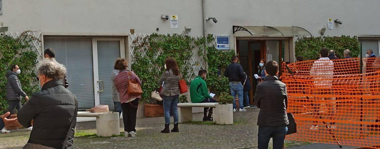 """Avellino, a """"caccia"""" del tampone: file di ore davanti ai laboratori privati"""