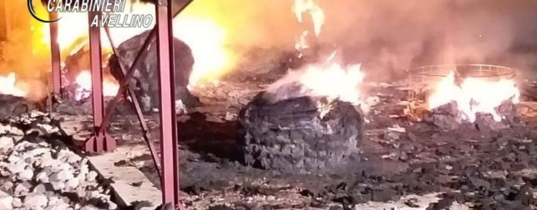 Lioni, balle di fieno in fiamme nella notte