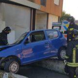 Finiscono con l'auto sul muretto: paura per due anziani a Borgo Ferrovia