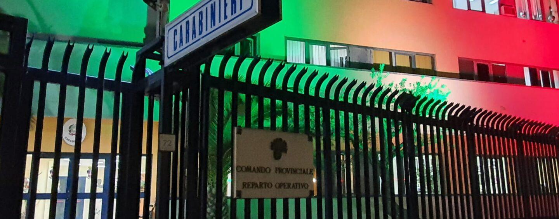 Sisma '80, la Caserma dei Carabinieri s'illumina del Tricolore in ricordo delle vittime