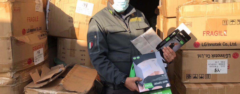 Guardia di Finanza, altro maxi-sequestro a Napoli di dispositivi sanitari non a norma