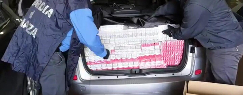 FOTO / Napoli, la Finanza sequestra 180 chili di sigarette di contrabbando: 2 arresti e 3 denunce