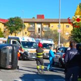 Via Annarumma, si ribalta con l'auto dopo un incidente: feriti due giovani
