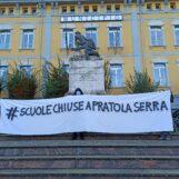 """FOTO E VIDEO / Corteo e sit in davanti al Comune, Pratola Serra dice no alla riapertura delle scuole: """"Chiudete fino al 9 gennaio"""""""