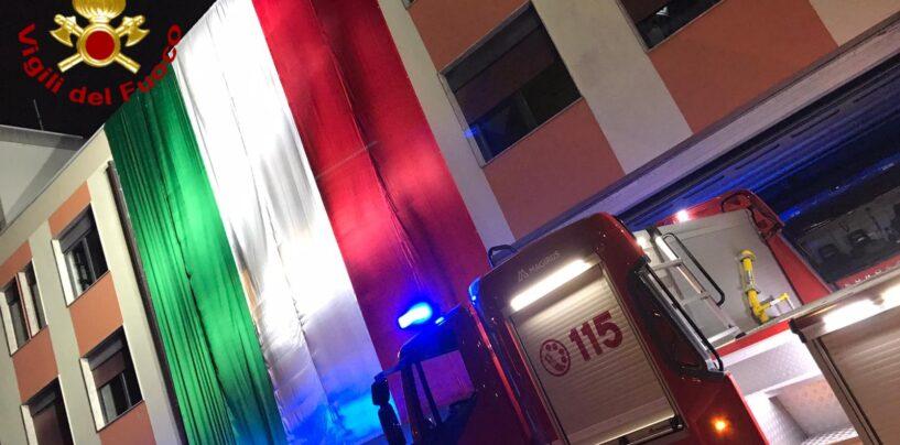 FOTO / Vigili del Fuoco di Avellino: un enorme tricolore per ricordare il terremoto del 1980