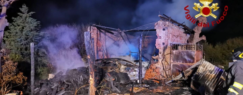 Ariano Irpino, deposito agricolo in fiamme nella notte
