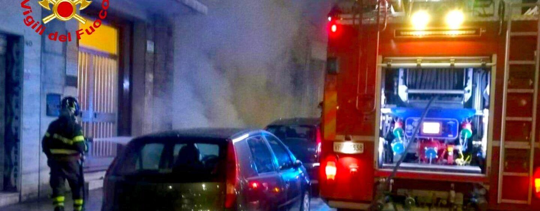 Rifiuti in fiamme in centro: intervengono i vigili del fuoco