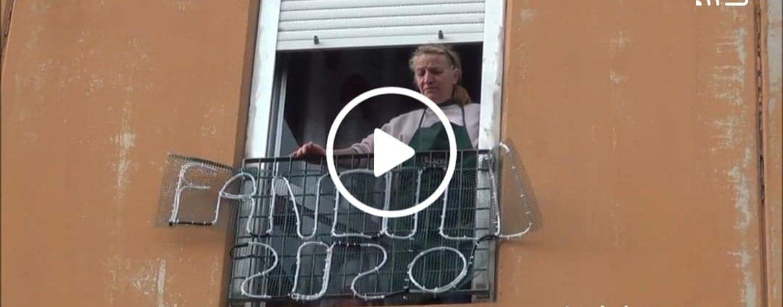 """VIDEO/Avellino, Carmela e le sue luminarie con il """"vaffa"""" al 2020 hanno conquistato tutti"""