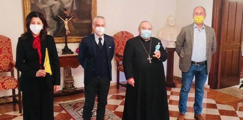 Confartigianato dona ai vescovi irpini la statuina raffigurante l'infermiera che combatte il Covid