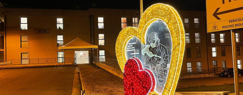 """FOTO/ Il cuore luminoso, l'albero del Pino Irpino e le palline della solidarietà: le tre installazioni natalizie del """"Moscati"""""""