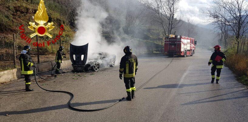 Auto in fiamme sulla provinciale Monteforte-Taurano: i Vigili del Fuoco evitano il peggio
