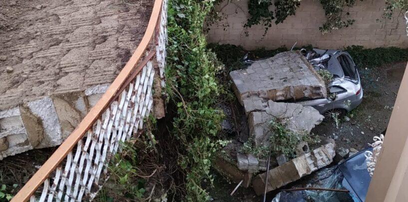 Ariano, muro crolla sulle auto in sosta. Donna salva per miracolo