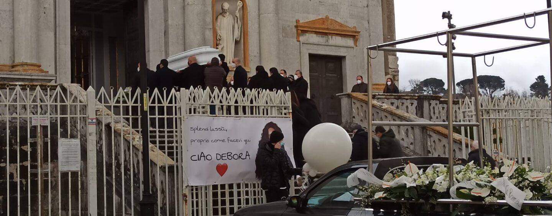 FOTO/ Dolore e commozione ai funerali di Debora