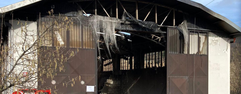 FOTO / Montoro, deposito di pellame in fiamme. L'Arpac: inquinamento contenuto
