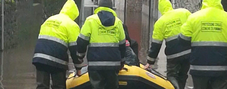 FOTO / La storia si ripete, Celzi di Forino sott'acqua: di casa si esce solo con il gommone della Protezione civile