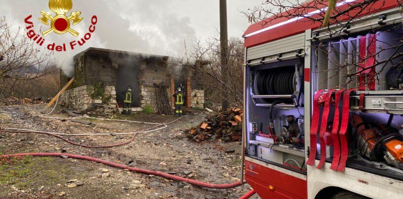 Forino, in fiamme deposito di legna: sul posto due squadre dei vigili del fuoco