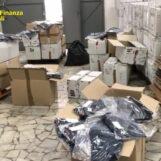 VIDEO/ Maxi sequestro di capi di abbigliamento contraffatti in un outlet di Casoria