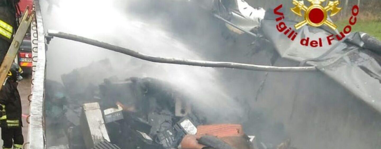 Autocarro in fiamme sull'A16: incendio domato dai vigili del fuoco