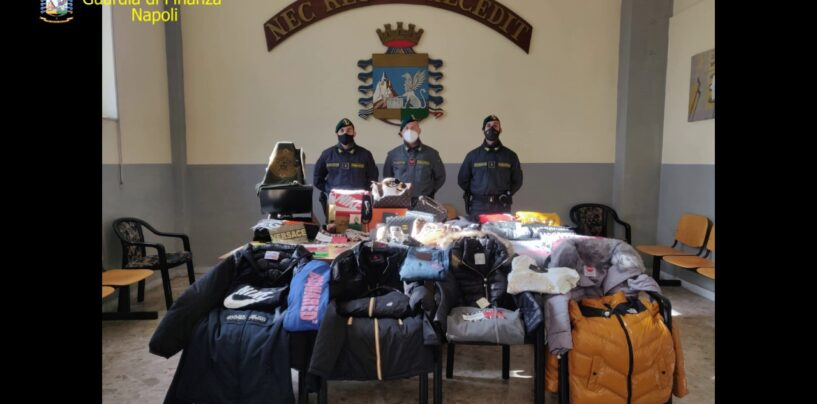 FOTO / A Scampia una fabbrica del falso: sequestrati 114mila articoli