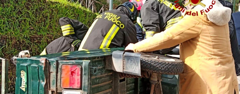 Si ribaltano con l'ape car e restano incastrati nel veicolo: coniugi anziani salvati dai Vigili del Fuoco