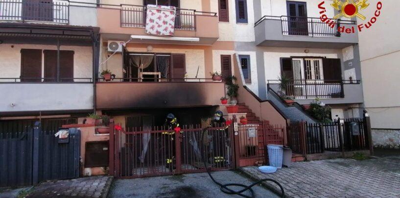 FOTO / Avella, prende fuoco una villetta: tanta paura per una famiglia