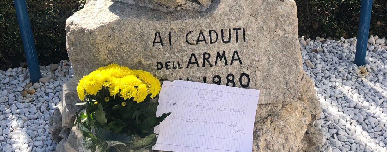 Fiori e biglietti per Attanasio e Iacovacci davanti caserma Carabinieri di Avellino