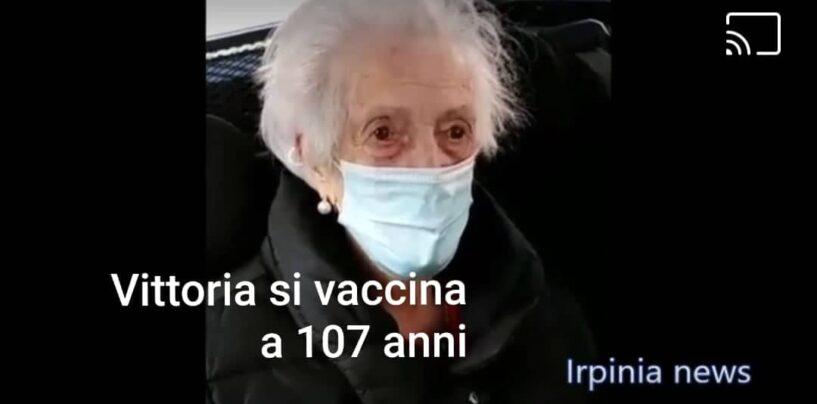 """Nonna Vittoria si è vaccinata a 107 anni a Mirabella: """"Mi sento giovane e sono felice""""/VIDEO"""