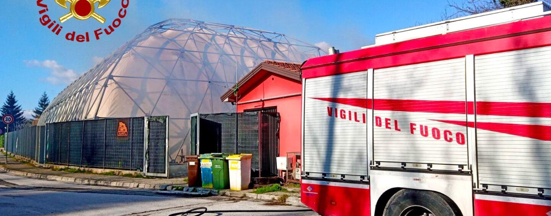 Atripalda, incendio nei pressi di una tendostruttura: i caschi rossi evitano il peggio