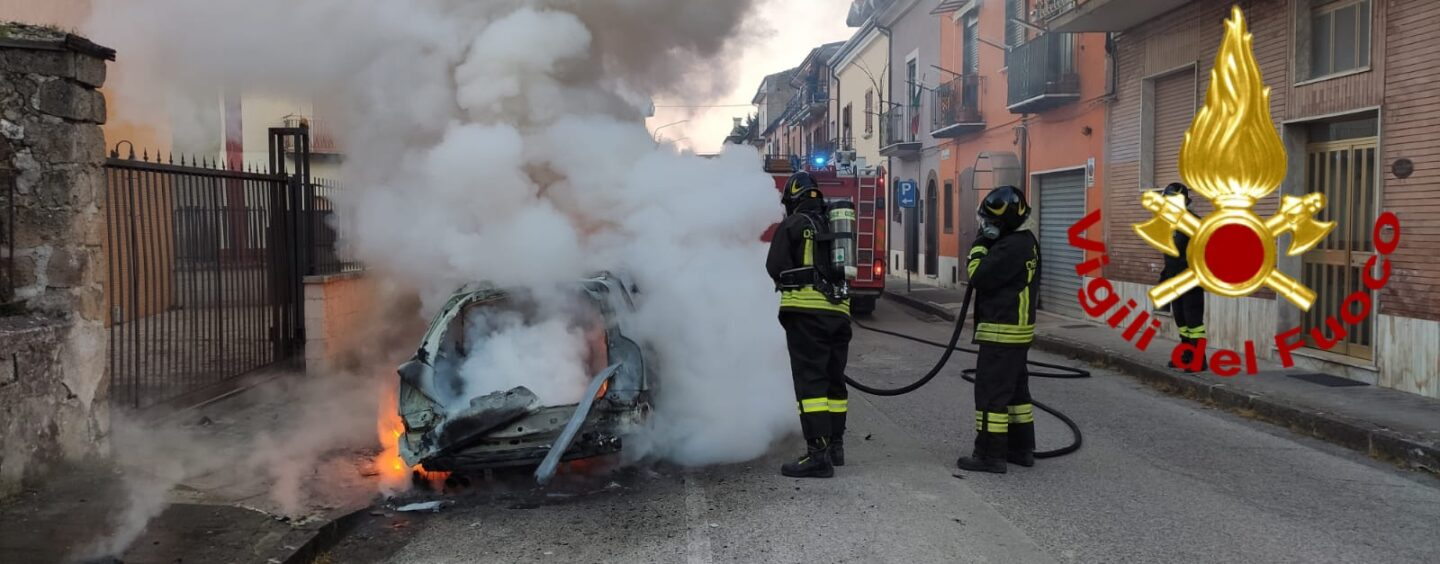 Altavilla Irpina, auto in fiamme all'alba