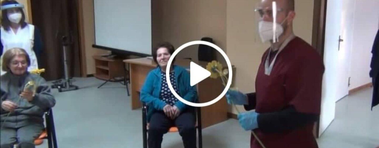 Festa delle donne, fiori in regalo per le nonnine della casa di riposo a Parolise/VIDEO
