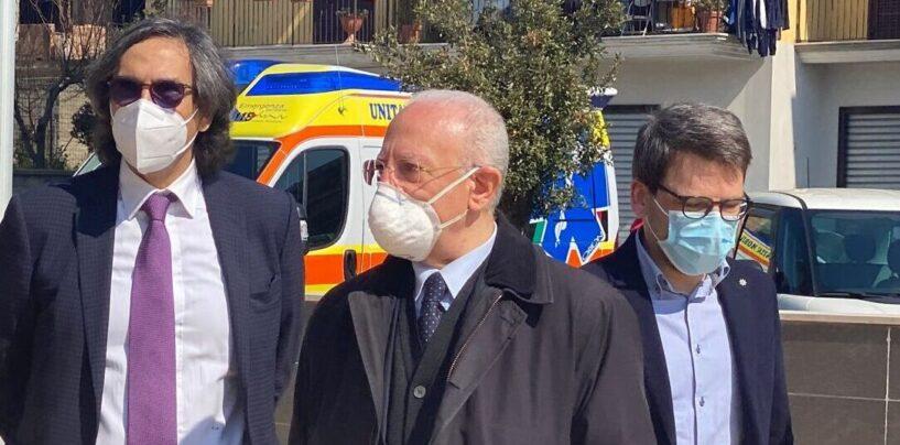 FOTO / Mugnano del Cardinale, visita a sorpresa di De Luca al centro vaccinale