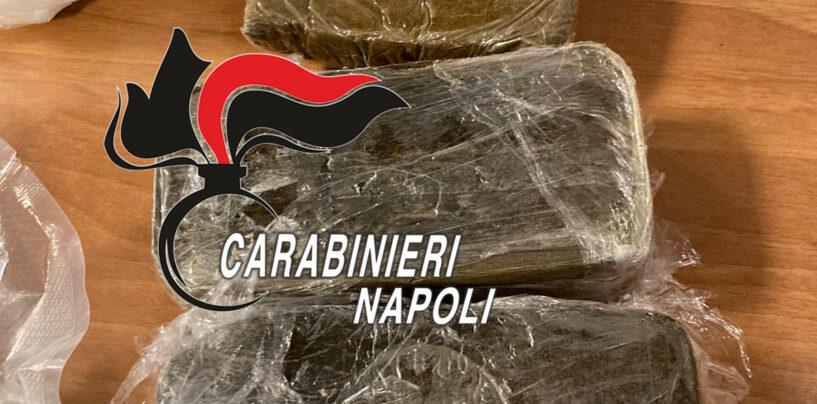 Napoli, droga nella spazzatura, nelle auto abbandonate e nei muretti: i nuovi nascondigli della criminalità