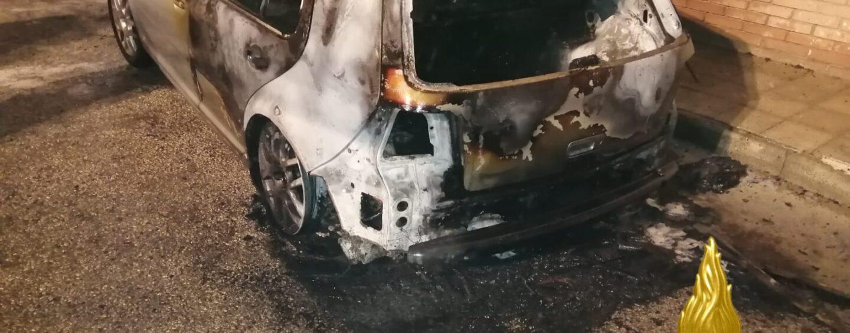 Quadrelle, auto in fiamme nella notte: pista dolosa per le indagini