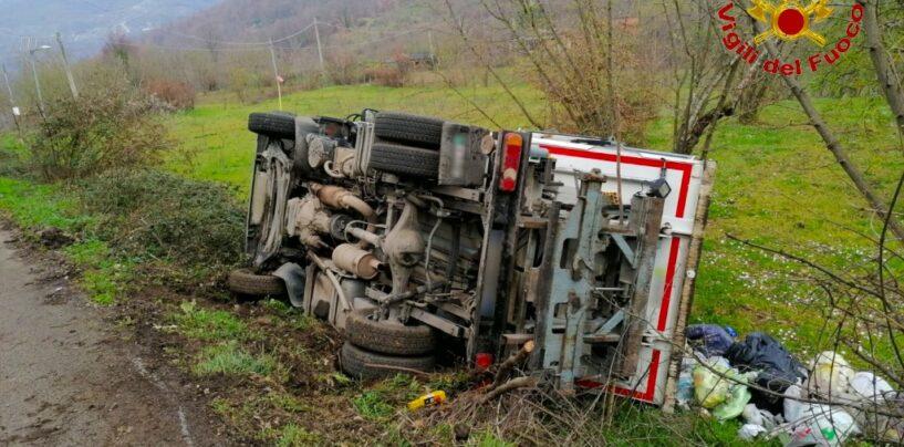Camion per la raccolta rifiuti si ribalta: solo tanta paura per il conducente