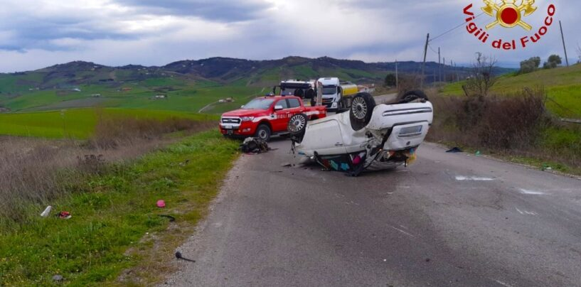 Montecalvo, auto finisce fuori strada e si ribalta: 20enne in ospedale