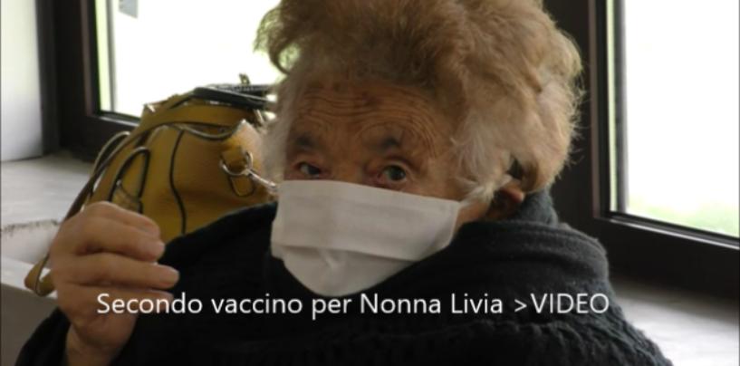 """Nonna Livia di Calitri torna a Bisaccia per il secondo vaccino: """"Ho fatto il mio dovere nonostante il mal di schiena, stavolta non a piedi ma in auto""""/VIDEO"""