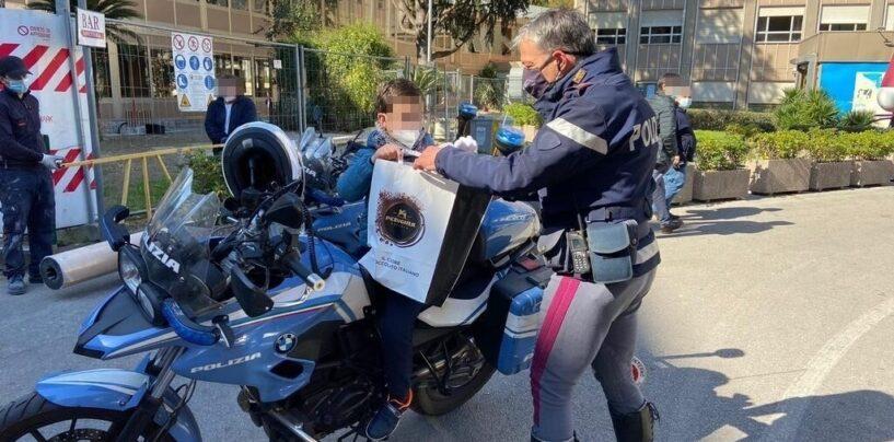 FOTO / Napoli, uova e gadget della polizia ai bimbi del Santabono e del Pausilipon