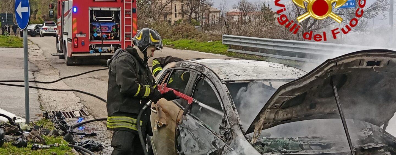 Spavento a Sant'Angelo a Scala, auto in fiamme: donna alla guida accusa malore