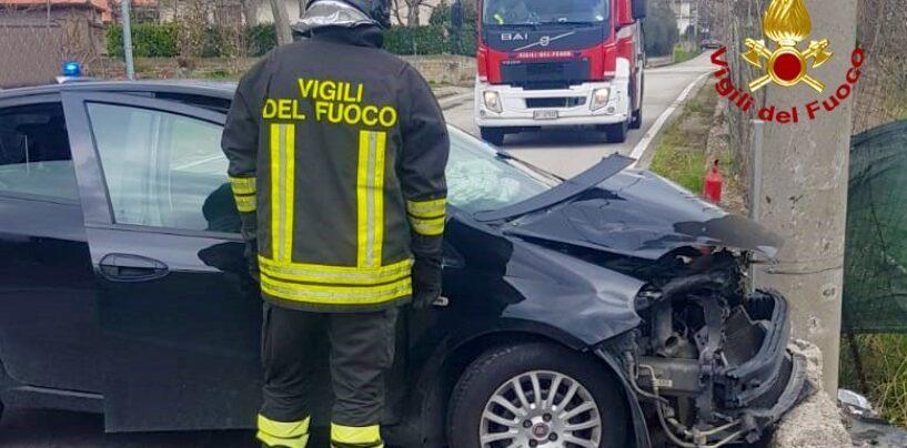 Incidente a San Martino Valle Caudina, auto finisce contro un palo di cemento: 2 feriti