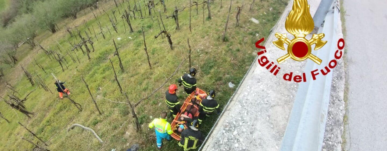 Cade da un muro alto circa sei metri: soccorso e trasportato al Moscati