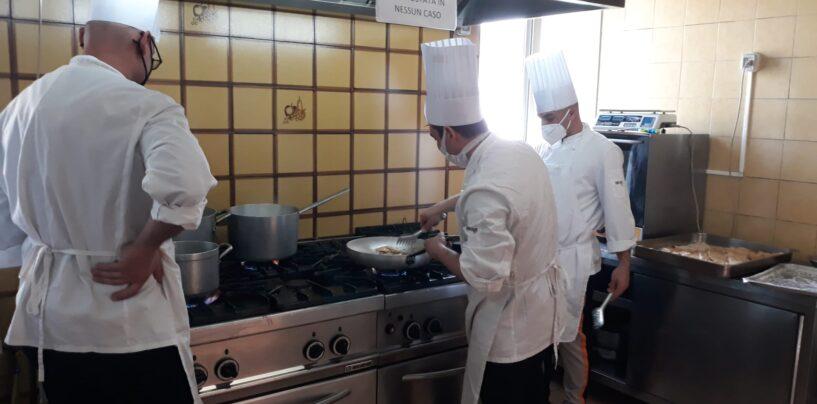 """FOTO / Da margini della società ad aiuto chef. Un futuro dal """"sapore"""" diverso per i ragazzi di """"Casa sulla Roccia"""""""
