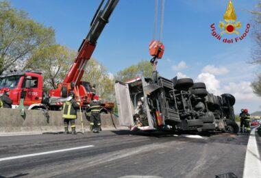 VIDEO-FOTO/ Cisterna ribaltata sul raccordo Avellino-Salerno, cinque ore di lavoro per i caschi rossi