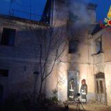 VIDEO/ Mirabella Eclano, incendio in campagna: paura per un'anziana