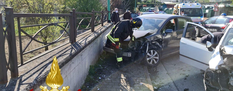 Incidente fra auto alla rotonda del Loreto: due persone coinvolte