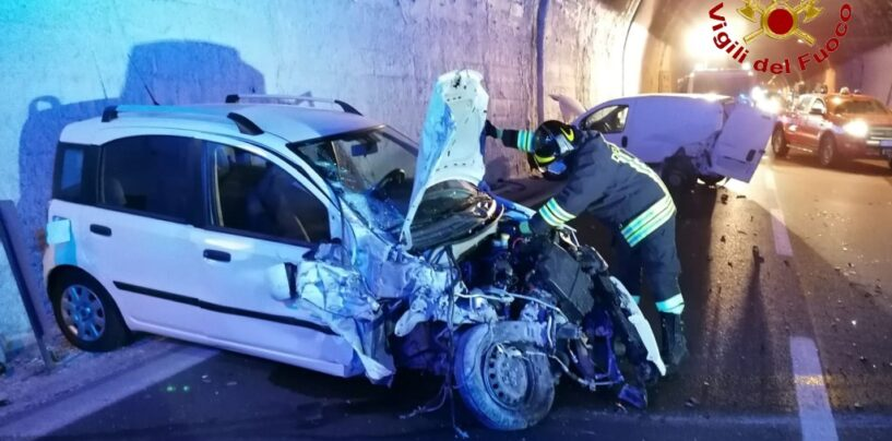 Incidente tra auto sotto la galleria Montepergola: feriti trasportati al Moscati