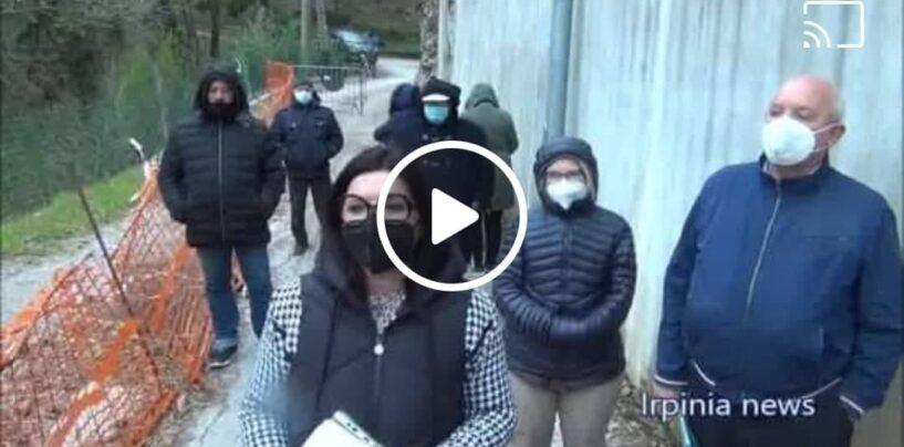 """A Solofra frana una strada, 40 famiglie isolate da mesi: """"Ci incateneremo davanti al Prefetto""""/VIDEO"""